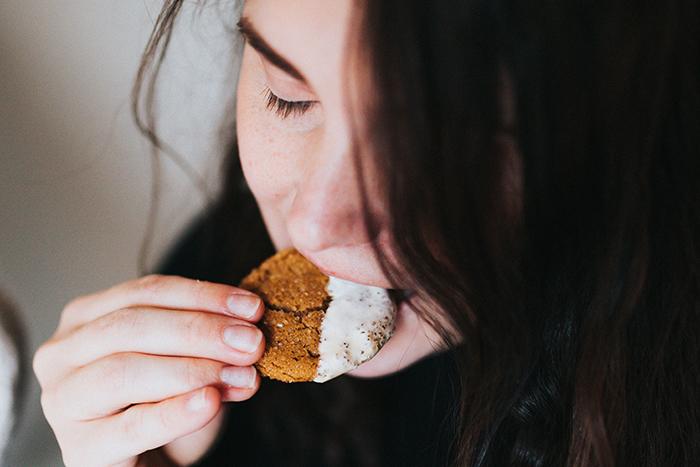 Młoda kobieta jedząca ciastko z lukrem
