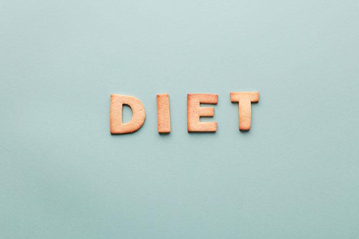 napis dieta po angielsku ułożony na błękitnym tle